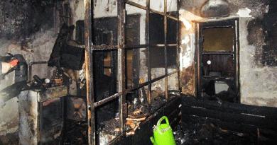Kigyulladt egy családi ház, a bennrekedt embert a tűzoltók mentették ki