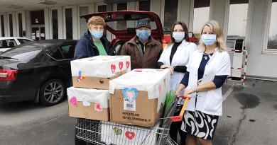 Kis szívecskéket, szívhez szóló üzeneteket vittek hálából a kórházba az árpádosok