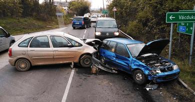 Két autó ütközött a vácdukai elágazás közelében, menteni kellett