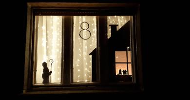 Adventi várakozás Kosdon: minden nap másik ablakban gyúlnak ki a fények