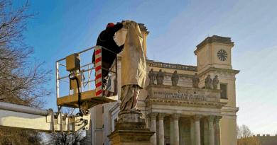 A váci szobroknak már tavasz van: tűnnek el a takarások a műalkotásokról
