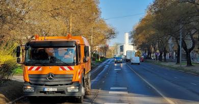 Tisztítják a Csányi körút útburkolatát