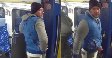 Tapétavágó késsel támadt utastársára a férfi, keresi a rendőrség