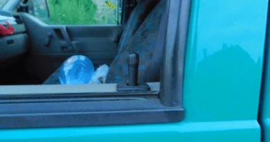 Benyúlt a kocsi ablakán és vitte a táskát
