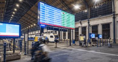 Emeletes motorvonat köszöntötte kedd este a Nyugati pályaudvar megújult csarnokát