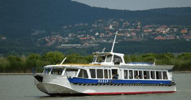 Szárnyaszegett, Vácott gyártott hajó jár a Velencei-tavon