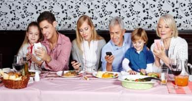 Vacsorázik a család és közben mindenki mobilozik