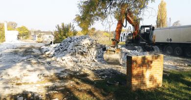 Omlás- és járványveszély miatt bontják a volt lengyelpiac épületeit