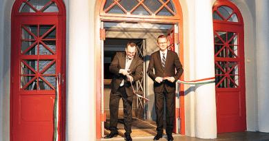Látványos avatással nyitott újra a megszépült színház