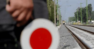 Személyautó hajtott a Vácra tartó vonatszerelvény elé