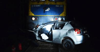 Egy üres autóval ütközött a vonat a vasúti átjáróban